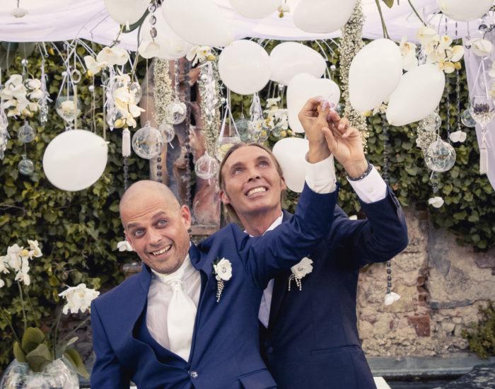 Sposi scoppiano palloncini durante il matrimonio