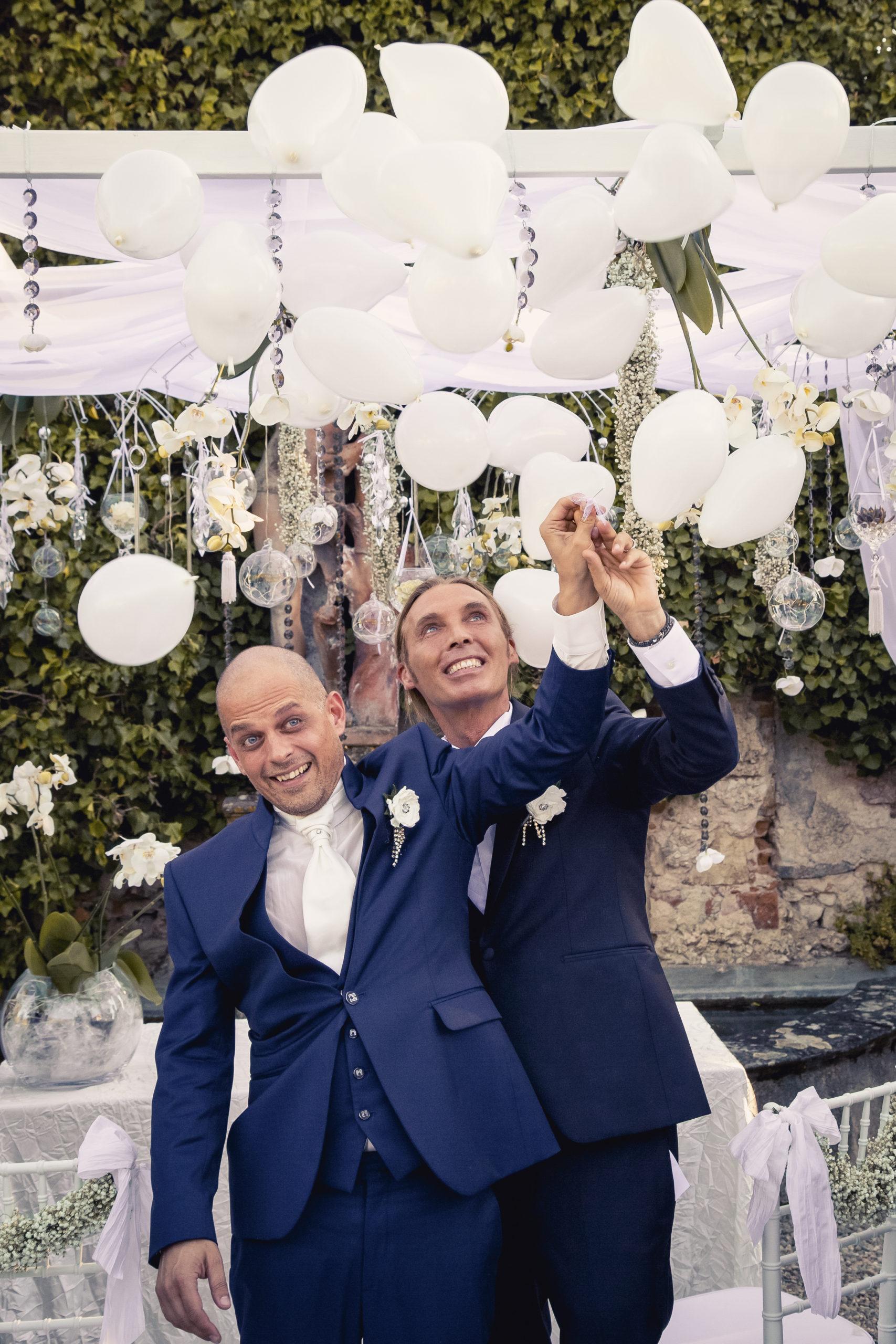 portfolio Sposi scoppiano palloncini durante il matrimonio