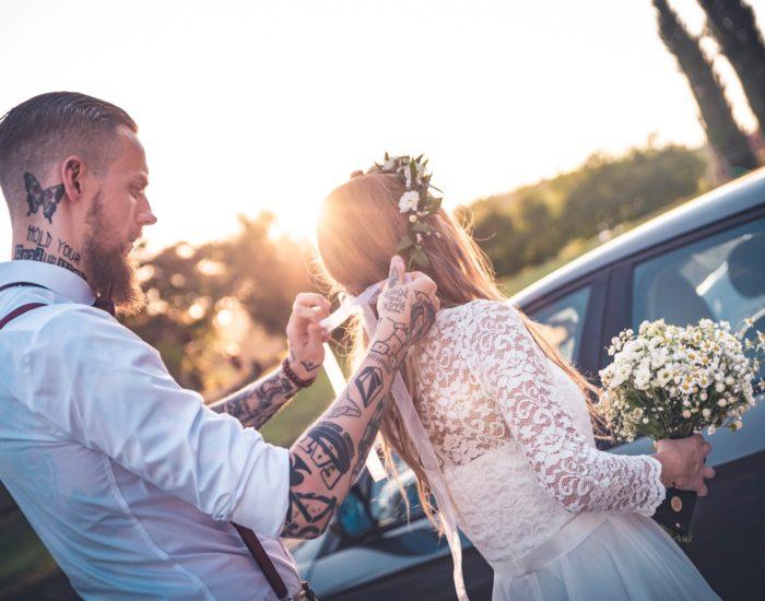 Sposo sistema la sposa al tramonto