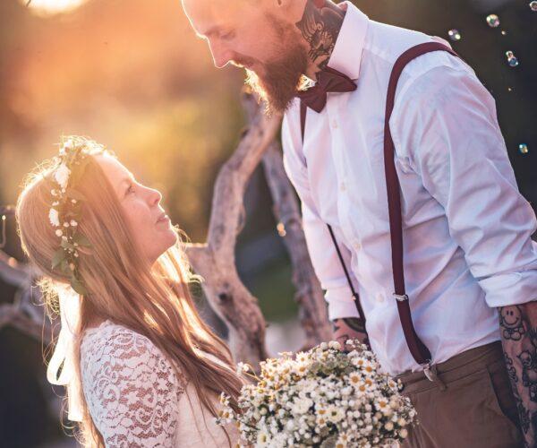 Sposo e sposa si guardano al tramonto
