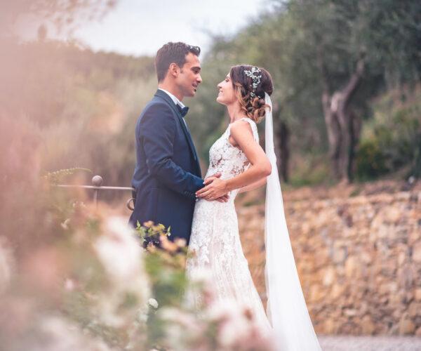 portfolio fotomatrimoni sposi si abbracciano in campagna toscana