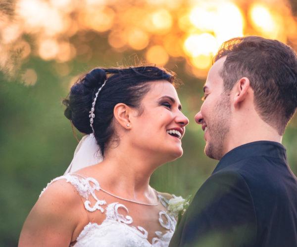 Portfolio fotomatrimoni sposi ridono assieme