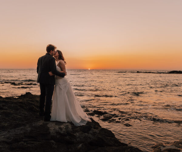 sposi al tramonto sul mare