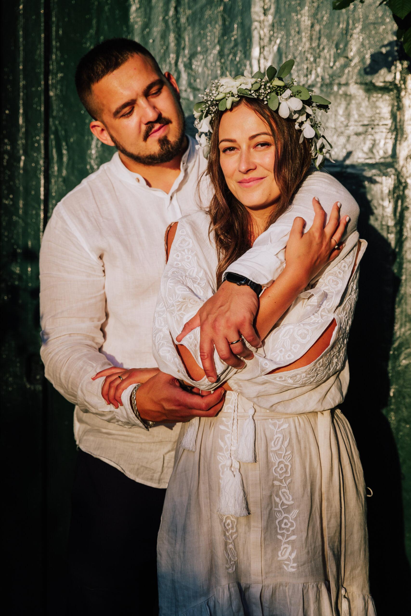 sposi abbracciati davanti alla porta verde