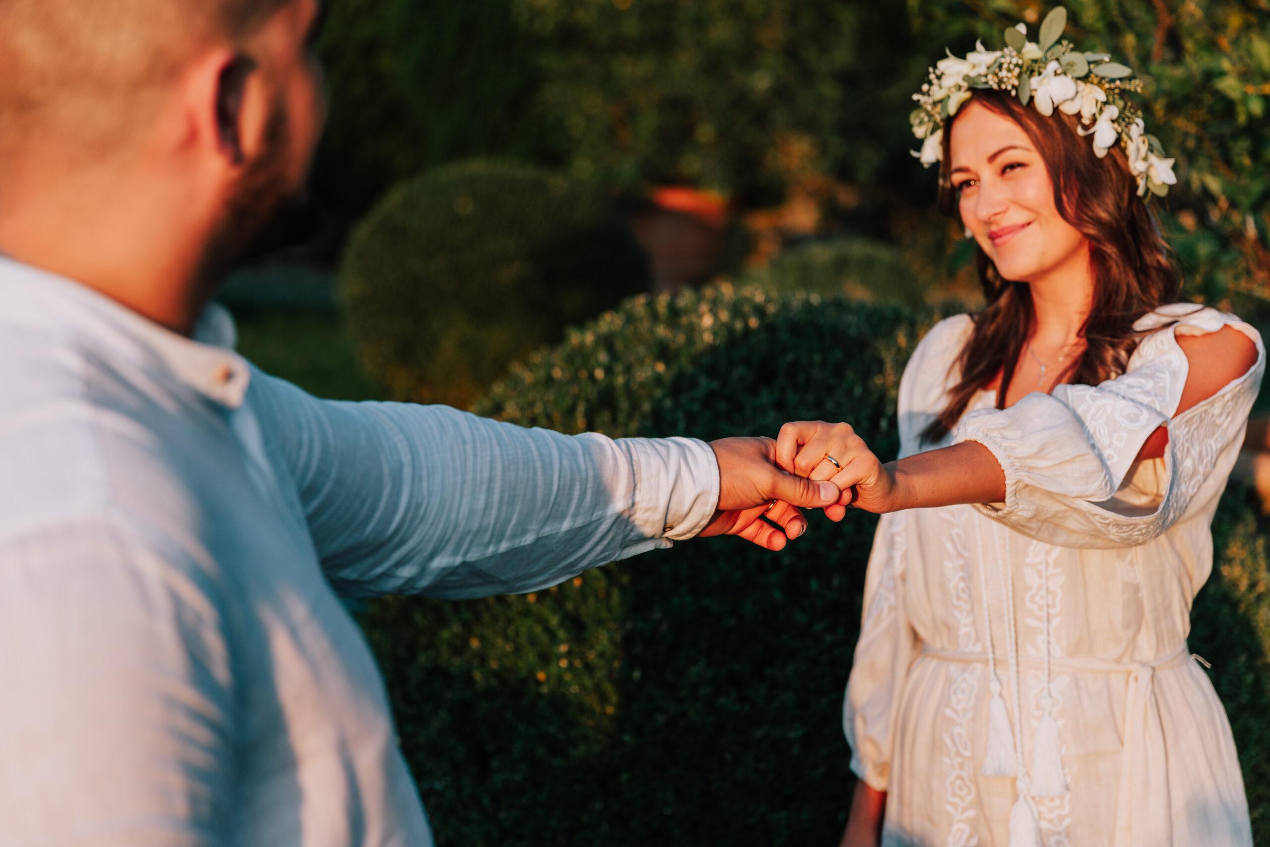 sposi che si tengono per mano