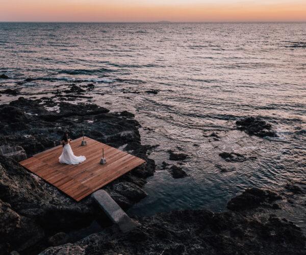 Sposi ballano al tramonto di fronte al mare